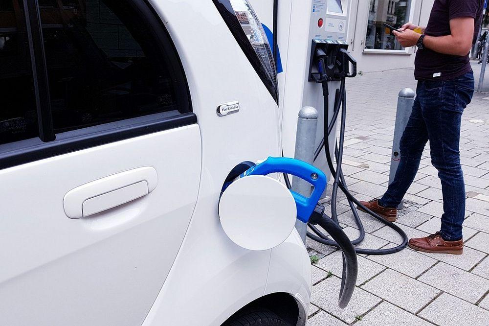 4 dingen waar je aan moet denken als je elektrische wagen wil kopen